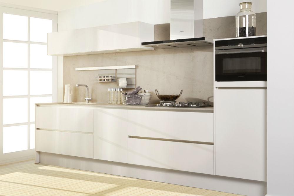 Witte rechte keuken